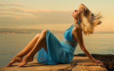 девушка и море