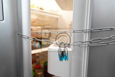 холодильник на замке
