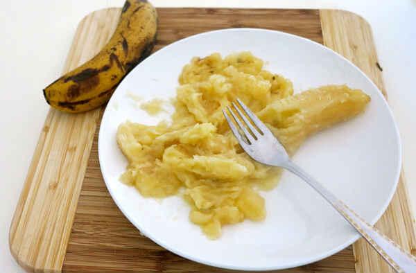 bananovaya-maska-ot-treshhin-na-pyatkah